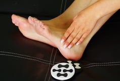 Smärta i foten, auto massage av kvinnlig fot med tåjobbkortet Fotografering för Bildbyråer