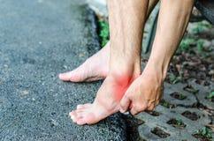 Smärta i foten Massage av manlig fot Arkivbilder
