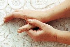 Smärta i händerna royaltyfria bilder