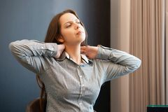 Smärta i halsen av en kvinna från trötthet royaltyfri fotografi