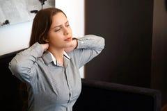 Smärta i halsen av en kvinna från trötthet royaltyfria bilder