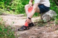 Smärta i knäet, gemensam inflammation, massage av det manliga benet, skada, medan köra, trauman under genomkörare arkivfoto