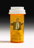 Smärta preventivpillerböjelsemannen som fångas i preventivpillerflaska royaltyfri foto