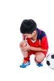 Smärtar den asiatiska fotbollspelaren för ungdom med i knäled huvuddel full Royaltyfri Foto