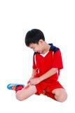 Smärtar den asiatiska fotbollspelaren för ungdom med i lår Royaltyfri Fotografi