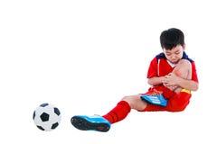 Smärtar den asiatiska fotbollspelaren för ungdom med i skenbenskarv huvuddel full Royaltyfria Bilder