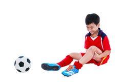 Smärtar den asiatiska fotbollspelaren för ungdom med på benet huvuddel full Arkivfoton