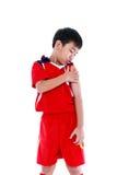 Smärtar den asiatiska fotbollspelaren för ungdom med på skuldran Royaltyfri Fotografi