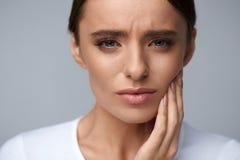 Smärtar den känsliga tanden för den härliga kvinnan, smärtsam tandvärk hälsa Royaltyfri Bild