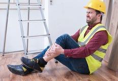 Smärtsam arbetare after på jobbskadan Royaltyfri Bild