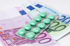 Smärtstillande preventivpillerar i blåsa med eurosedlar Royaltyfria Foton