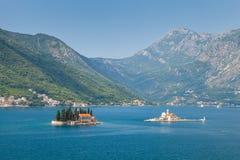 Små öar i fjärd av Kotor, Adriatiskt hav arkivfoton