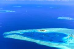 Små öar i Maldiverna Arkivbilder