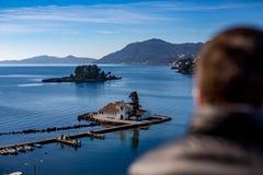 Små öar med kristna kyrkor i Grekland royaltyfri fotografi