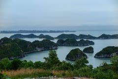 Små öar nära kustlinjen av Cat Ba Island, mummel skäller länge, Vietnam Arkivbild