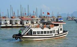 Små aarives för turist- fartyg i Halong fjärdmarina Royaltyfria Foton
