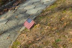 Små amerikanska flaggan på nationell kyrkogårdMemorial Day skärm arkivfoto