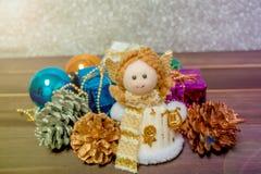 Små Angel Christmas gåvaaskar bland litet Royaltyfri Fotografi