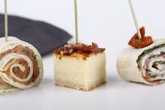 Små aptitretare med laxen, skinka och ostkaka royaltyfri bild