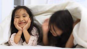 Små asiatiska flickor som spelar kurragömma lager videofilmer