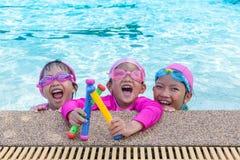 Små asiatiska flickor tycker om att simma Royaltyfria Foton