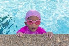 Små asiatiska flickor tycker om att simma Royaltyfri Fotografi