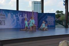 Små balettdansörer på etapp Disney föreställningskonst Arkivbild