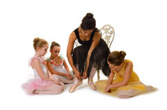 Små ballerina lär att binda Pointe skor royaltyfri foto