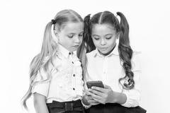 Små barn beror på mobiltelefonen Flickatextsms med mobiltelefonen bero arkivfoto