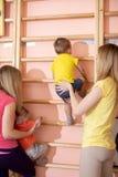 Små barn för små barn som upp klättrar den gymnastiska trappan Sund livsstil fr?n barndom royaltyfri fotografi