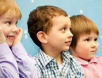 Små barn hemma royaltyfri fotografi