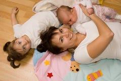 Små barn med mamman royaltyfri bild