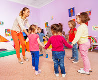 Små barn och lärareroundelay på kurs royaltyfri foto