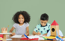 Små barn som drar skissa begrepp Fotografering för Bildbyråer