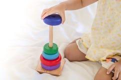 Små barn som spelar med träleksaken, medan sitta hemma Royaltyfria Foton
