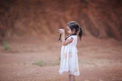Små barn som tar fotoet vid den mirrorless kameran Royaltyfria Bilder
