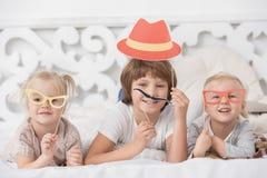 Små barn som tillsammans spelar hemmastatt begrepp Arkivfoton