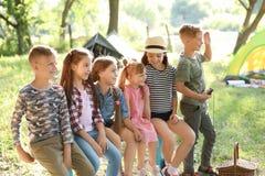 Små barn utomhus på solig dag arkivbild