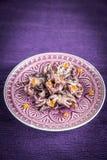 Små bläckfiskar som dekoreras med den röda kaviaren Royaltyfri Bild