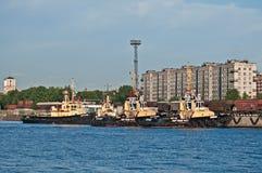 Små bogserbåtar i en hamn Royaltyfri Bild