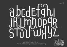 Små bokstäver med dekorativa krusidullar i Art Nouveau utformar Arkivbild