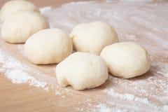 Små bollar av deg med mjöl för pizza eller kakor och sconeser S Arkivfoto