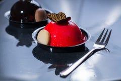 Små bollkakor för fransk bakelse som göras med ny strauberry och tr Royaltyfri Fotografi