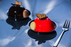 Små bollkakor för fransk bakelse som göras med ny strauberry och tr Royaltyfri Foto