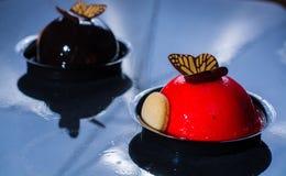 Små bollkakor för fransk bakelse som göras med ny strauberry och tr Royaltyfria Bilder