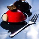 Små bollkakor för fransk bakelse som göras med ny strauberry och tr Arkivfoton
