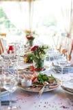 Små buketter på brölloptabellen Royaltyfri Foto