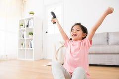 Små dotterbarn som rymmer den modiga styrspaken Fotografering för Bildbyråer