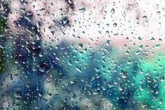 Små droppar av regn på ett fönster arkivbilder
