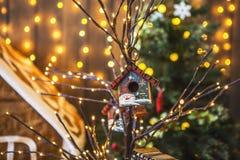 Små fågelhus som målades med snögubbear på ett tunt träd, dekorerade jul Royaltyfri Bild